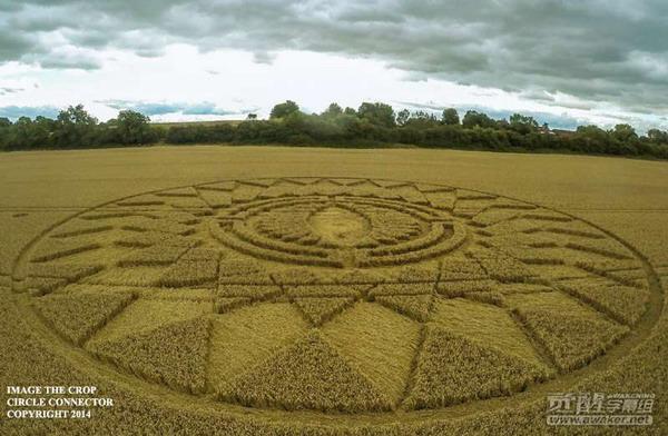 2014年8月16日英国沃里克郡独眼麦田圈(航拍视频)